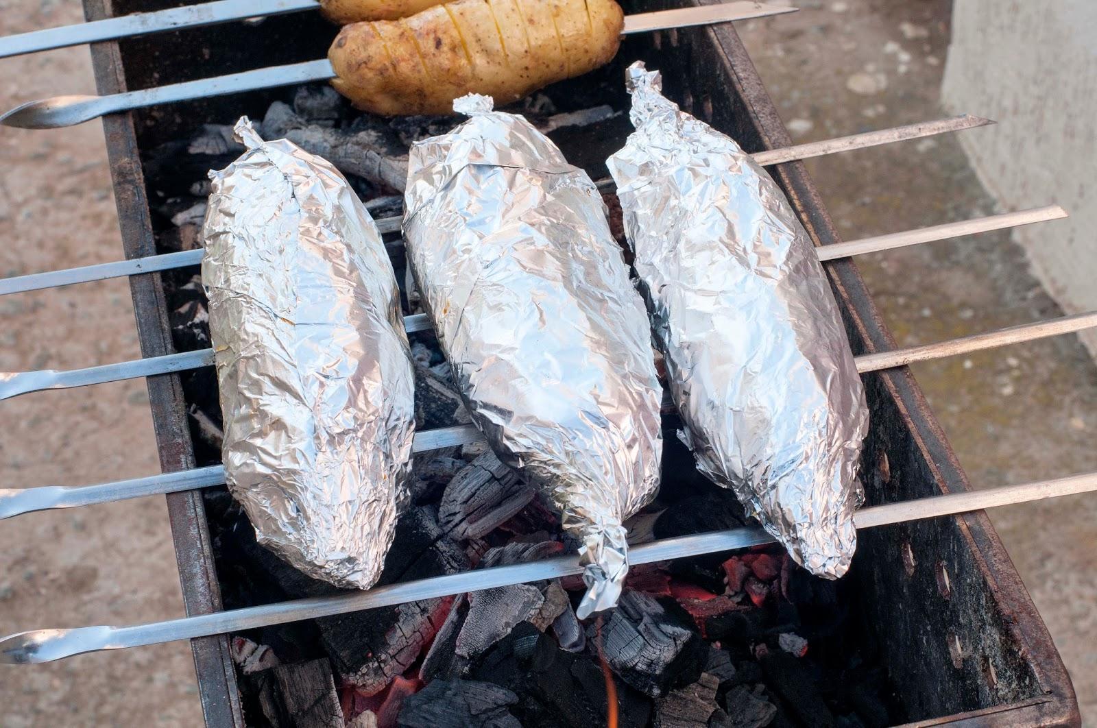 Как коптить рыбу в углях