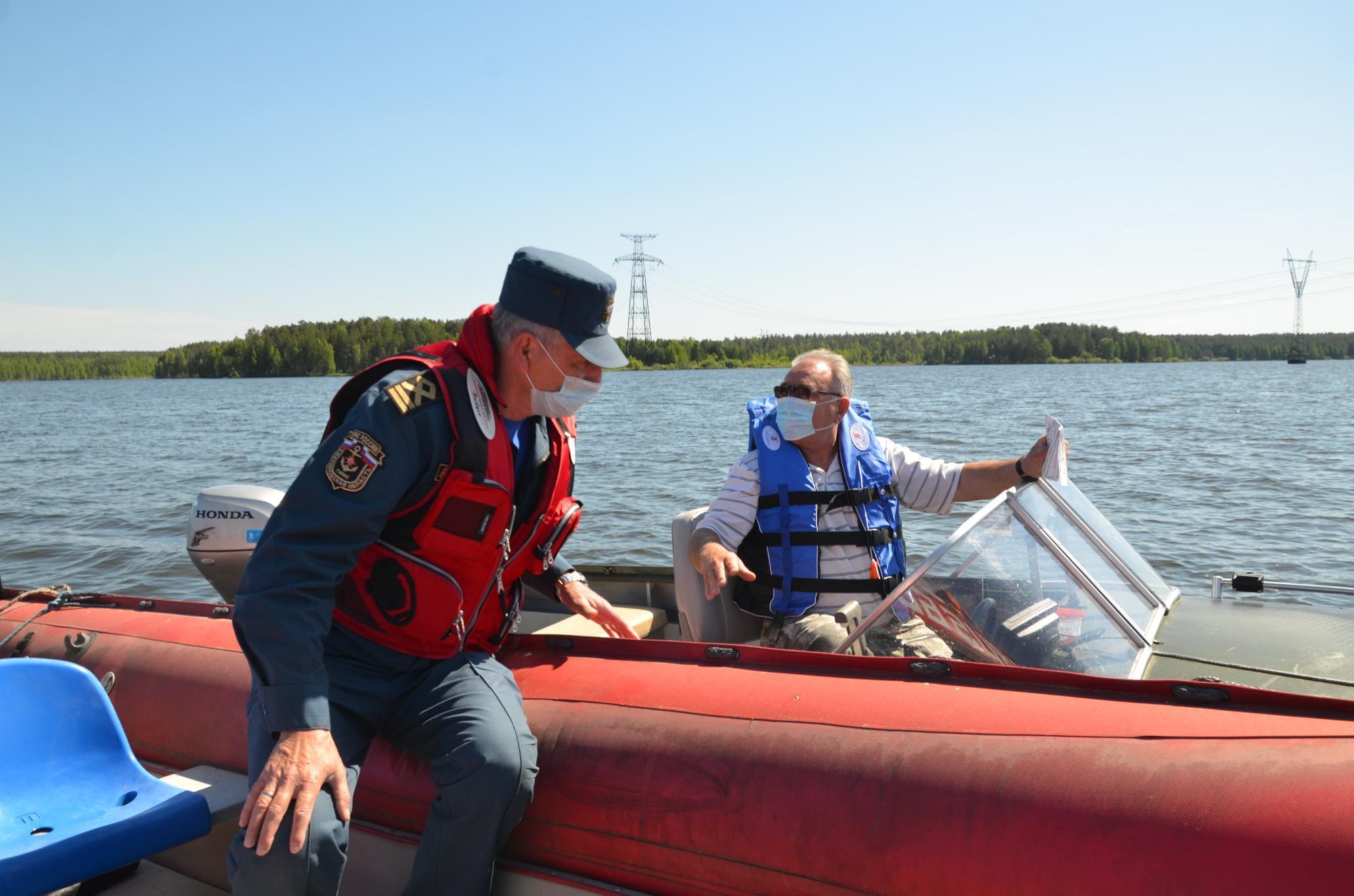 Осмотр лодки инспектором ГИМС